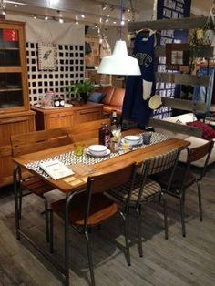 ダイニングテーブルのインテリアコーディネート例。 素朴な木の味わいと、アイアンの組み合わせが、ヴィンテージアメリカンな雰囲気を醸します。
