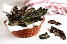 Le chips di cavolo nero sono sfiziose, sane, gustose e facili da preparare. Ideali per l'aperitivo o come snack durante la giornata