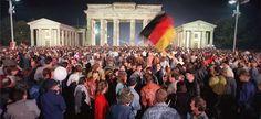 Trinta anos após a sua chegada ao poder, a 1 de outubro de 1982, e 22 anos depois da reunificação alemã, a 3 de outubro de 1990, a Alemanha celebra a herança de Helmut Kohl. Mas para Wolfgang Münchau, o chanceler da unificação alemã é também aquele que semeou os germes da atual crise europeia. Wolfgang Münchau Ele está de volta, ali, na sala do grupo parlamentar da CDU-CSU do Bundestag [a 25 de setembro, numa das suas raras aparições públicas, por ocasião de uma cerimónia em sua honra].