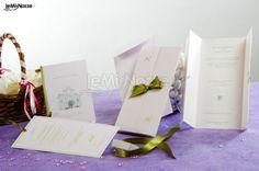 http://www.lemienozze.it/operatori-matrimonio/partecipazioni_e_tableau/dday/media/foto/6 Inviti, partecipazioni e biglietti di ringraziamento coordinati con fiocco in raso e dettagli verdi: scopri come personalizzare le tue partecipazioni di matrimonio con un tocco di stile!