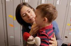 Les enfants de deux ans ont parfois de la difficulté à gérer leurs émotions et la frustration. Cette vidéo démontre avec des cas pratiques ce que les parents peuvent faire pour aider leur enfant au cours de la deuxième année de leur vie. Education Positive, Parents, Montessori, Baby Fever, Kids And Parenting, Positivity, Children, Milan, Communication