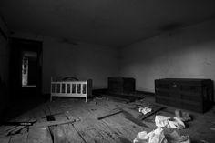a casa velha de steve pereira - cineadd Toddler Bed, Furniture, Home Decor, Pereira, Abandoned Houses, Child Bed, Interior Design, Home Interior Design, Arredamento