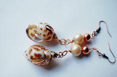 Orecchini conchiglie maculate con bordi dorati di Tuttosicrea, €10.00 Shell earrings with golden details