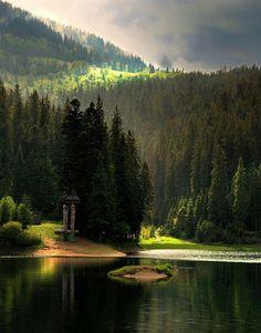 Там, де гори стіною виростають на шляху. Де дорога кружляє то в бік, то в гору. Там, де річки вигинають стрімку дугу. І ліси, неосяжні зору. Там виблискує оком чиста вода, Між горами заховане, диво. Спокійне, маленьке озеро гір. Називають його Синевіром. Над водою високо кружляють птахи. Відзеркалює озеро їхні крила. А у ніч ясні зорі на свою красу  В чарівний Синевір задивилисьOh, havenly! , Carpathian mountings , W Ukraine, from Iryna