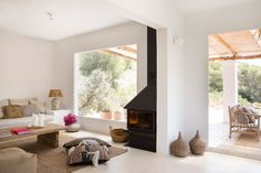 Interior design and exterior design country house in Ibiza. A restored country house where the essence of the rustic and mediterranean style you can feel it Rustic Kitchen, Rustic Farmhouse, Ibiza Apartments, Piece A Vivre, Creative Storage, Rustic Chic, Modern House Design, White Walls, Sweet Home