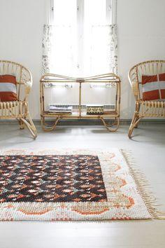 fauteuils en rotin et tapis rétro