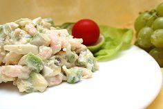Легкий салат с лососем, огурцом, тунцом и авокадо