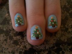 Christmas tree - free hand nail art