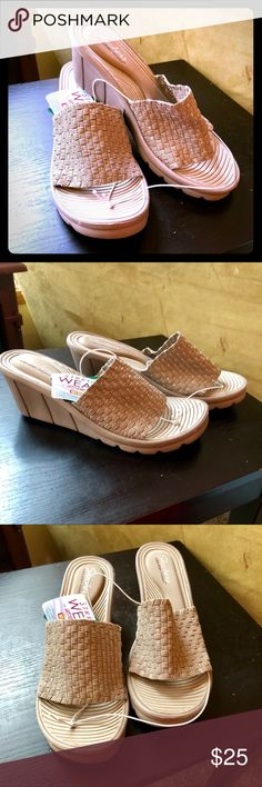 Skechers Stretch Weave Sandal Size 9 A taupe color with silver thread, these can easily be worn in comfort all day long. Size 9. Smoke free home. Skechers Shoes Sandals