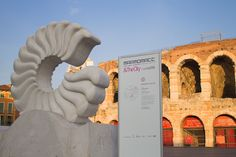 Paolo Tosti in piazza Bra per Marmomacc 2014 Lo scultore marchigiano Paolo Tosti nella splendida piazza Bra di Verona  per  Marmomacc 2014. Piazza Bra si è formata nell'arco di un lungo periodo di tempo intorno al preesistente anfiteatro romano.