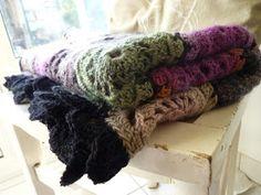 Le petit univers de Valérie: Mon plaid Love Crochet, Crochet Yarn, Plaid, Crochet Blanket Patterns, Yarn Crafts, Shag Rug, Knitting, Granny Squares, Dots