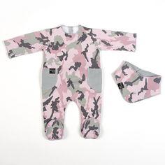 CAMOUFLAGE COLLECTION Conjunto de pijama y pañuelo tipo babero de primera puesta Camouflage rosa. Fabricado en punto 100% algodón. Disponible en talla 1 mes y 3 meses.