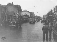 Desfile de los Bomberos Voluntarios de Bariloche por la calle Mitre hacia el Centro Cívico, Ca. 1960 (Col. Mayer en Archivo Visual Patagónico)
