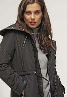 Ga jij voor zwart deze zomer? Dan is deze winterjas van Morgan zeker een goede optie. Hij is lekker dik gevoerd dus koud hoef je het niet te hebben de komende winter. Nu met maarliefs 40% korting te koop op Aldoor! #aldoor #winterjassen #dames #damesmode #jassen #korting #koopjes #sale