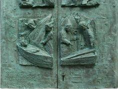 Traslado del Apóstol en barca de piedra y descubrimiento de sus restos. Es la zona inferior de la Puerta Santa actual. Hasta 2004 era de madera y en ese año se colocó la actual, donada por empresarios de Santiago. Dos hojas de acero labradas por el artista compostelano Suso León, de 600 kg. de peso.