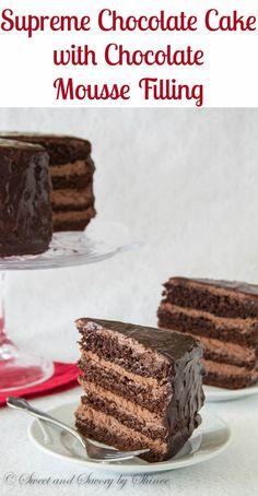 Para os amantes de chocolate graves!  Este bolo de chocolate decadente com recheio de mousse de chocolate é a coisa para satisfazer seu desejo de chocolate!