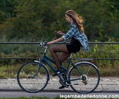 bella ragazza in bici