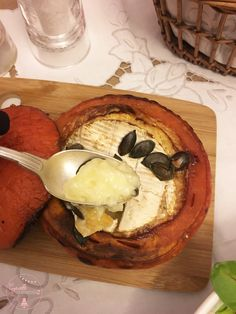 Potimarron et camembert rôtis / Cyrielle Gourmandise Camembert Roti, Camembert Cheese, Dairy, Food, Red Kuri Squash, Love Birds, Food Porn, Cooking Recipes, Essen