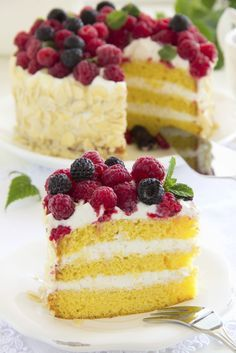 Sponge cake with cream and raspberries. Easy Cake Recipes, Gourmet Recipes, Sweet Recipes, Baking Recipes, Dessert Recipes, Desserts, Torte Cake, Cake & Co, Sweet Potato Breakfast