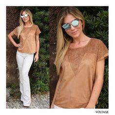 A #blusa em #suede com furinhos + #calça branca flare ficou super elegante e sofisticada! Querendo ...