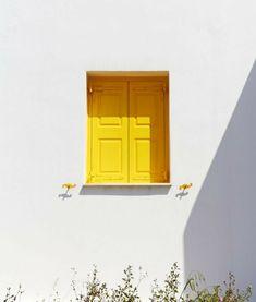 Hay tantas cosas amarillas. Algunas cartas antiguas que cantaba Nino Bravo. La canción de Coldplay que nunca más bailaré. Un helado de limón que sabe a verano. El sol cuando brilla. Mi ukelele que aún no sabe sonar. Una ventana que se abre. La yema de un huevo frito. Y las patatas. Con un poco …