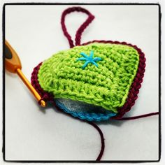 ergahandmade: Crochet Heart + Diagrams + Pattern Step By Step Chrochet, Knit Crochet, Crochet Hats, Heart Diagram, Easy Crochet Projects, Crochet Squares, Crochet Patterns, Crafty, Couture