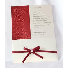 Invitación de boda en color rojo metálico y beige, con relieve a un lado y fajín beige con lazo rojo con detalle de perla.