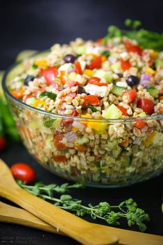 Salad Dressing Recipes, Salad Recipes, Traditional Greek Salad, Farro Salad, Kalamata Olives, Salad Ingredients, Vegetable Salad, Guacamole, Feta