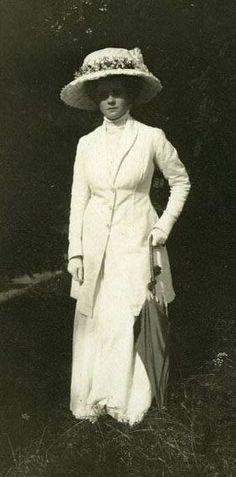 Edwardian, Gibson Girl era, white walking suit and hat. 1890s Fashion, Edwardian Fashion, Vintage Fashion, Vintage Outfits, Vintage Dresses, Belle Epoque, Edwardian Dress, Edwardian Era, Historical Clothing