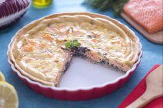 La quiche al salmone con patate e radicchio è un secondo piatto molto gustoso e morbido, a base di pasta brisè, pesce e verdura cotte al forno.