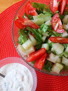 Kääpiölinnan köökissä: Tänään lätisee - lättyjä ja kirsikkalikööriä Caprese Salad, Cobb Salad, Kinds Of Salad, Fresh Rolls, Salads, Ethnic Recipes, Green, Food, Essen