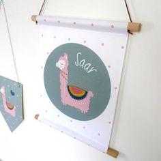 Schattige naamposter met lama print. Een origineel en persoonlijk (kraam)cadeau voor lieve meisjes.  #naamposter #textielposter #kraamcadeau #persoonlijkcadeau #lama #baby #meisjeskamer