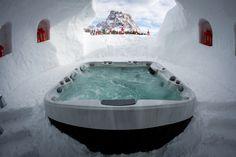 Spa Jacuzzi® installé en extérieur dans la neige.