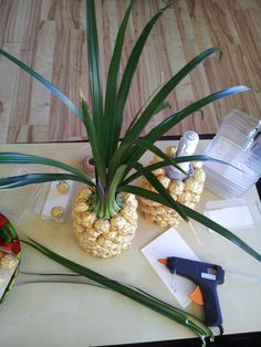 Instructions for a Ferrero Rocher pineapple / palm Pineapple Palm, Diy Crafts For Home Decor, Treat Holder, Little Gifts, Fruit, Fabric, Bingo, Sweets, Halloween