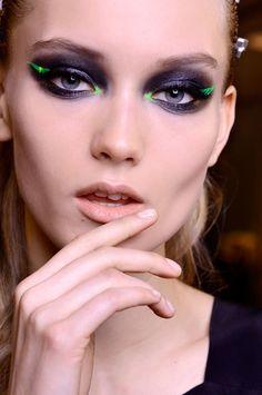 El look natural regresa, para momentos de apuro, un esmalte natural o un simple brillo es la mejor solución. En Atelier Versace compensan la simplicidad de la manicura con un intenso maquillaje de ojos.