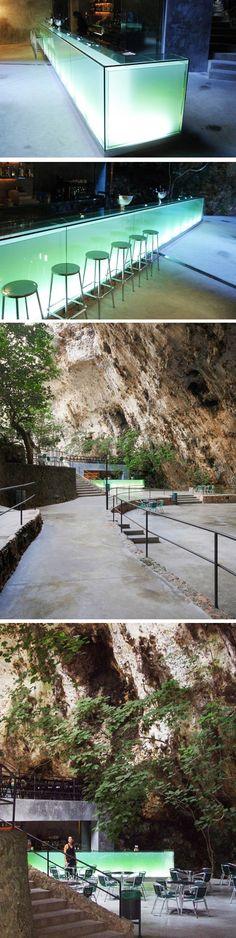 Le bar des cavernes Un bar dans une grotte ? C'est du jamais vu ! Et bien en Espagne, à l'entrée des grottes de Hams sur l'île de Majorque, se trouve un ba Majorca, Spain Travel, Facade, The Good Place, To Go, Bar, Vacation, Interior Design, Architecture