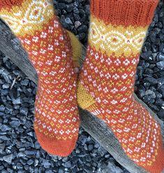 Tante er Fortsatt Gal! – 15 LEKRE JULEGAVE TIPS - NORSKE OG GRATIS STRIKKEOPPSKRIFTER Mitten Gloves, Mittens, Knitting Patterns, Crochet Patterns, Knitting Socks, Knit Socks, Comfy Socks, Boot Toppers, Patterned Socks