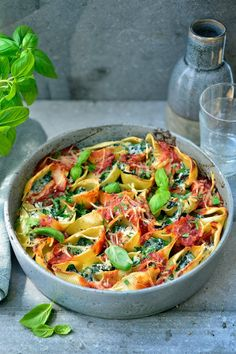 """Recept """"Grote pastaschelpen met spinazie, ricotta en tomatensaus"""" 