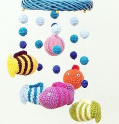 Fuente: https://www.etsy.com/listing/101434573/crochet-baby-mobile-with-fish-and-lake?ref=shop_home_feat