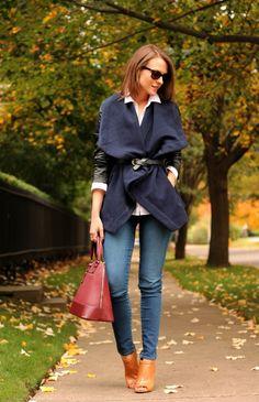 une veste originale et un jean bleu combinés avec un sac à main en bordeaux