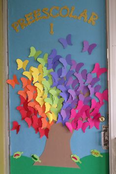 Puerta del salon de clases decorada de primavera