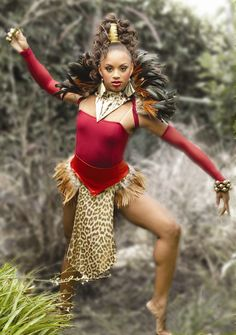 African dance, Great hair style, nice feathered collar and tutu. African Dance, African Dress, Ballet Costumes, Dance Costumes, Lion Dance Costume, Halloween Costumes, Jungle Costume, Red Queen Costume, Costume Africain