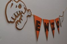 Bandeirola Dinossauro                                                                                                                                                                                 Mais Fourth Birthday, 2nd Birthday Parties, Jungle Party, Baby Party, Festa Jurassic Park, Dinosaur Birthday, Party Time, Birthdays, Crafts