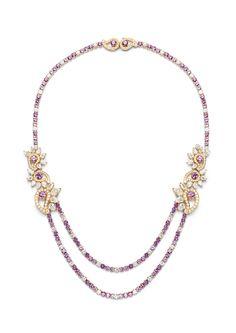 Collar en oro rosa 18 quilates engastado con 118 zafiros rosas redondos, 30 diamantes en forma de pera y 188 diamantes talla brillante, colección Mythical Journey, Piaget.