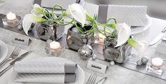 Aktuelle, moderne Tischdeko für die Silberhochzeit in Platin-Silber. Eine genaue Anleitung, wie man diese Tischdeko realisiert und alle Elemente, die hierfür erforderlich sind, finden Sie hier: http://www.tischdeko-shop.de/Tischdekoration-Silberhochzeit/Tischdeko-Silberhochzeit-Platin-Silber/