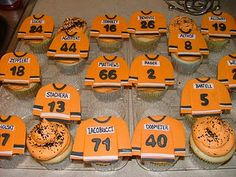 Hockey cupcakes from Sugar Fairy Treats and Sweets in Erie, PA (My sis! Hockey Cupcakes, Love Cupcakes, Themed Cupcakes, Hockey Birthday, Hockey Party, Party Food Games, Hockey Crafts, Team Dinner, Street Hockey