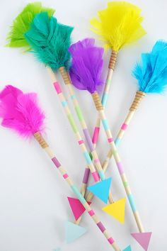 DIY Bright Feather Arrows, DIY and Crafts, These DIY Bright Feather Arrows make such a colorful impact hanging on the wall of your kid& room or in a glass vase in your home. Easy Crafts, Diy And Crafts, Arts And Crafts, Paper Crafts, Arrow Crafts, Diy For Kids, Crafts For Kids, Diy Décoration, Easy Diy
