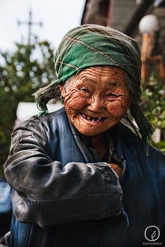 Old Lady in Dali, China by Espen Odén Evertsen. Just Smile, Her Smile, Smile Face, Old Faces, Many Faces, We Are The World, People Around The World, Beautiful Smile, Beautiful People