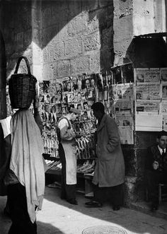 Newsstand in Jerusalem featuring newspapers in arabic, 1952. (Photo credit: George Rodger / Magnum Photos)