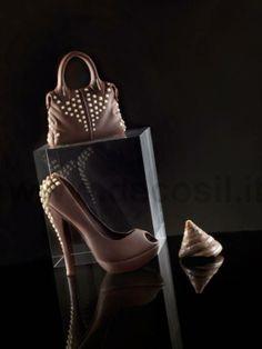 Borsa e scarpa in cioccolato ideali come regalo per la festa della mamma. Gli stampi per realizzarli sono su www.decosil.it #festadellamamma